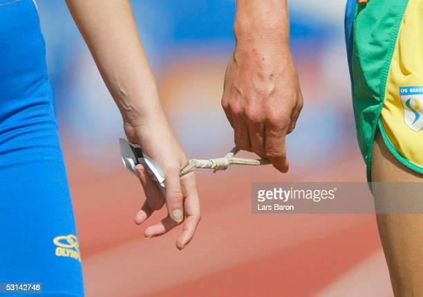 Behindertensport / Leichtathletik / Frauen Paralympics 2004 Athen 200904 100m Spezial durch ein Seil ist die Sehbehinderte Laeuferin mit ihrem Guide...