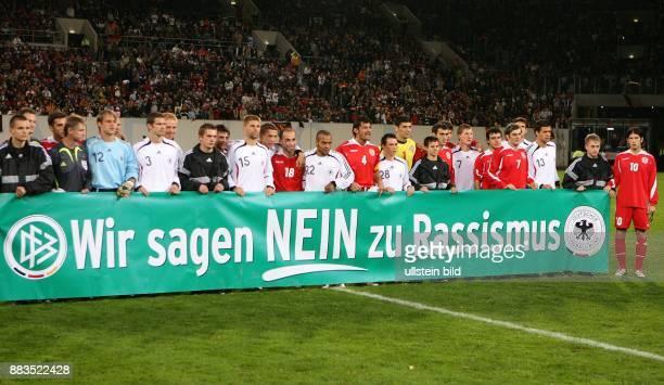 Deutschland MecklenburgVorpommern Rostock Länderspiel Deutschland Georgien 20 beide Mannschaften präsentieren ein Transparent mit der Aufschrift 'Wir...