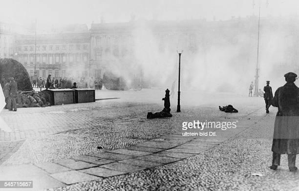 Beim Abzug der Putsch Truppen ausBerlin Die Putschisten schiessen vor demBrandenburger Tor auf die demonstrierendeMenge wobei ca 12 Menschen...