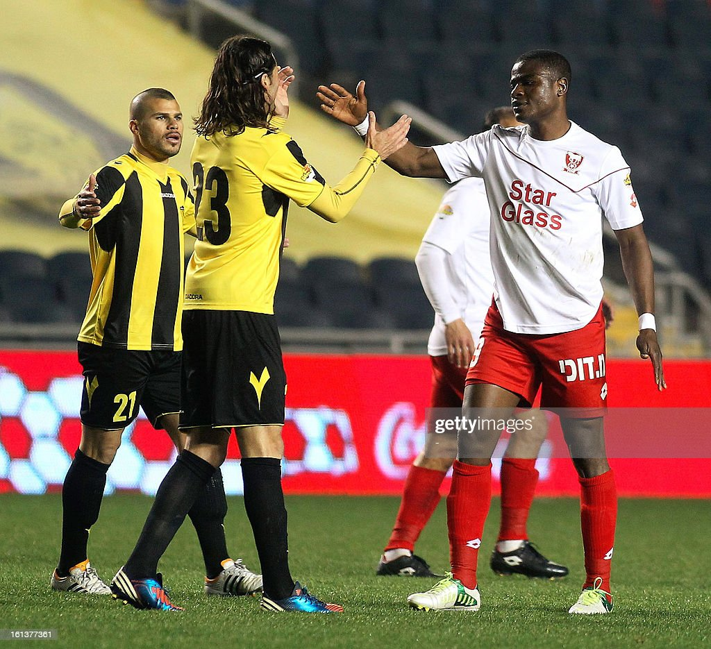 OUT== Beitar Jerusalem players and Bnei Sakhnin players congratulate each other after their match at the Teddy Kollek Stadium in Jerusalem on February 10, 2013 during the teams State match qualification football game. The Beitar Jerusalem soccer club hosted the Israeli Arab team Bnei Sakhnin in a highly charged atmosphere, only three days after indictments were filed against four Beitar fans over charges relating to racism. AFP PHOTO / STR