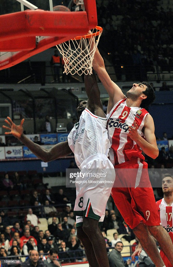 Bejamin Eze, #8 of Montepaschi Siena competes with Richard Dorsey, #9 of Olympiacos Piraeus during the 2012-2013 Turkish Airlines Euroleague Top 16 Date 4 between Olympiacos Piraeus v Montepaschi Siena at Peace and Friendship Stadium on January 18, 2013 in Athens, Greece.