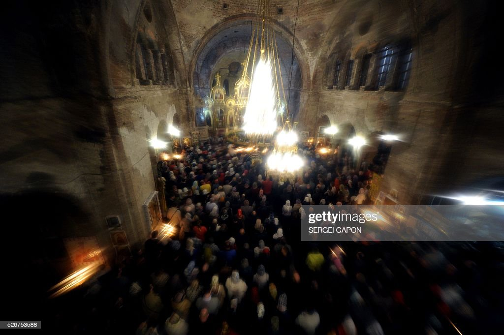 Belarus' Orthodox believers attend an Orthodox Easter service at a cathedral in Brest early on May 1, 2016. / AFP / SERGEI