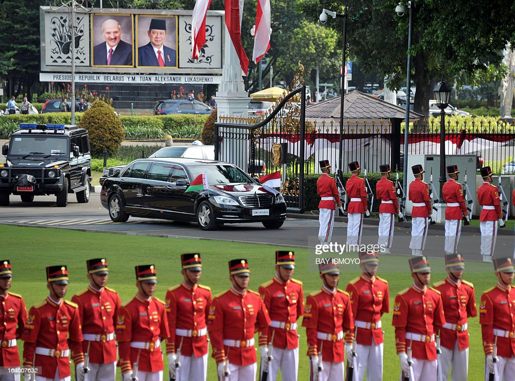 Belarus President Alexander Lukashenko' motocade arrives at the Presidential palace in Jakarta on March 19, 2013 before his meeting with his Indonesian counter part Susilo Bambang Yudhoyono. Lukashenko, on his two-day visit, will discussed joint efforts to enhance cooperation in the fields of agriculture, science and technology with Yudhoyono. AFP PHOTO / Bay ISMOYO