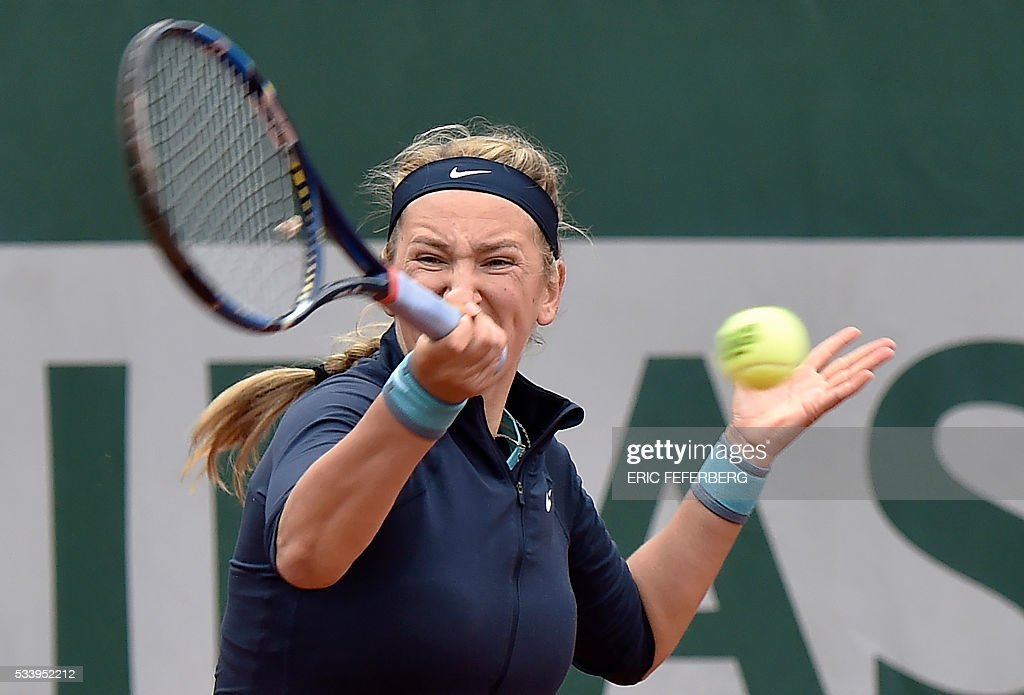 Belarus' Victoria Azarenka returns the ball to Italy's Karin Knapp on their women's first round match at the Roland Garros 2016 French Tennis Open in Paris on May 24, 2016. / AFP / Eric FEFERBERG