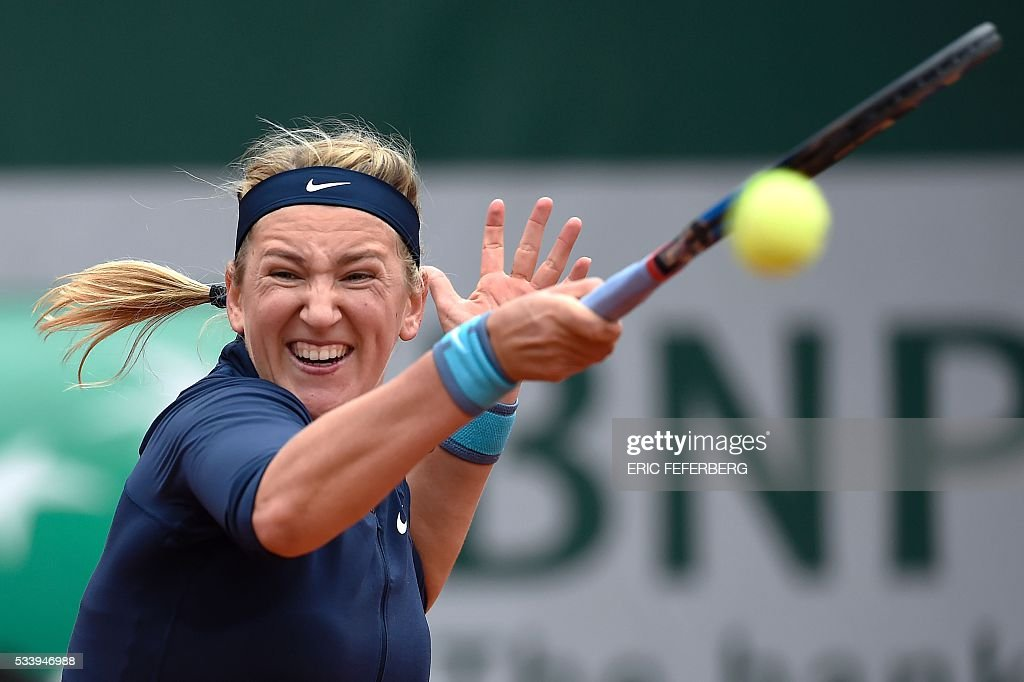 Belarus' Victoria Azarenka returns the ball to Italy's Karin Knapp during their women's first round match at the Roland Garros 2016 French Tennis Open in Paris on May 24, 2016. / AFP / Eric FEFERBERG