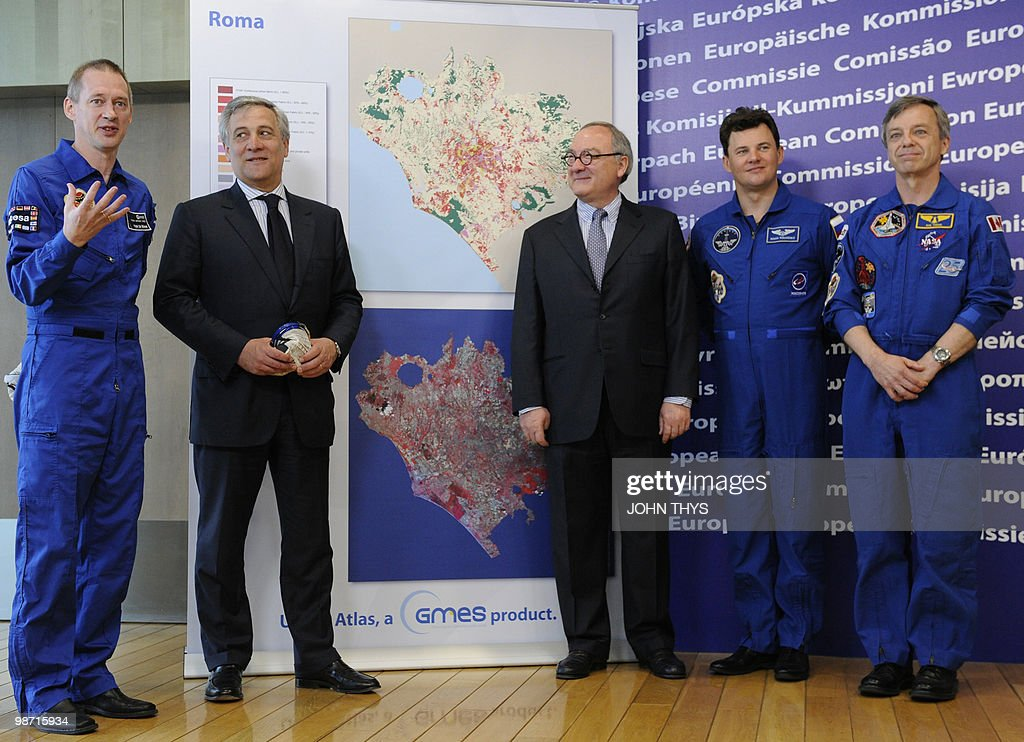 Belgian Astronaut of the European Space Agency (ESA) Frank De Winne (L) speaks during a joint press conference with Vice President of the EC in charge of Industry and Entrepreneurship Antonio Tajani (2ndL) and Director General of the European Space Agency (ESA) Jean-Jacques Dordain (C) Canadian Astronaut Robert Thirsk (R), Russian Cosmonaut Roman Romanenko (2ndR) at the EU headquarters in Brussels on April 28, 2010.