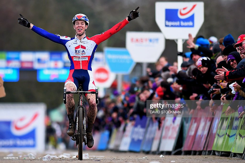 Belgian cyclist Laurens Sweeck celebrates as he crosses the finish line to win the eight and last stage in the Bpost Bank cyclocross trophy, in the men elite category, on February 6, 2016 in Sint-Niklaas. / AFP / Belga / DAVID STOCKMAN / Belgium OUT