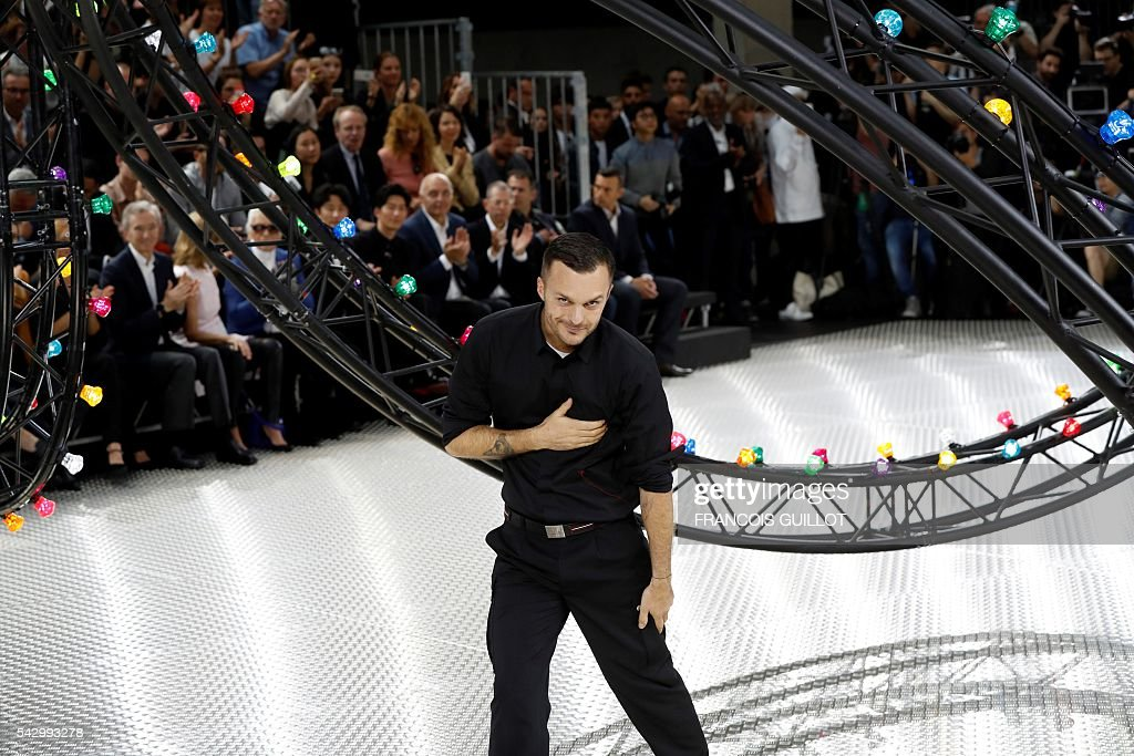 Belgian fashion designer Kris Van Assche acknowledges the audience at the end of the men's Spring summer 2017 collection fashion show on June 25, 2016 in Paris. / AFP / FRANCOIS