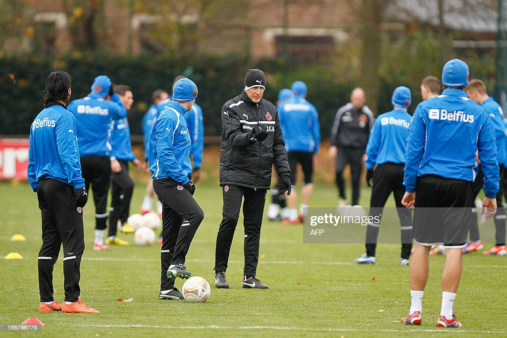 Belgian FC Bruges football club's head coach Juan Carlos Garrido (C) talks to his players during a training session on November 21, 2012 in Bruges on the eve of their Europa League match against Bordeaux.