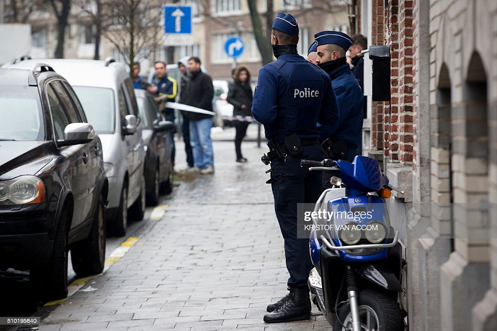 Belgian police officers stand guard near the site where a corpse of a child was found, on February 14, 2016, near the rue Van Hammee in Schaarbeek-Schaerbeek in Brussels. / AFP / BELGA / KRISTOF VAN ACCOM / Belgium OUT