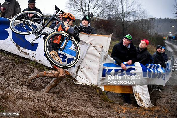 Belgian Wout Van Aert runs during the Grand Prix of Wallonia cyclocross race in Francorchamps on December 13 2015 / AFP / Belga / DAVID STOCKMAN