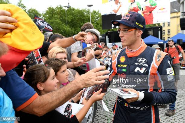 Belgium driver Thierry Neuville signs autographs during the start of the Rally of Germany in Saarbruecken Germany on August 17 2017 / AFP PHOTO /...