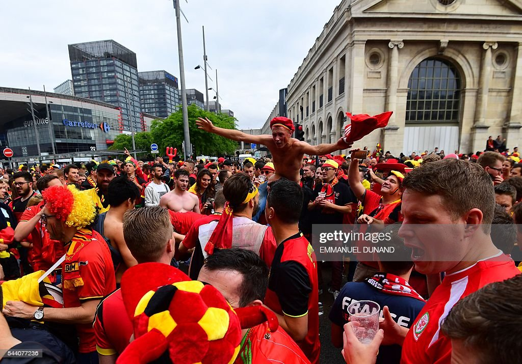Belgium supporters cheer in the streets of Lille on July 1, 2016 before the Euro 2016 quarter-final football match between Wales and Belgium. / AFP / EMMANUEL
