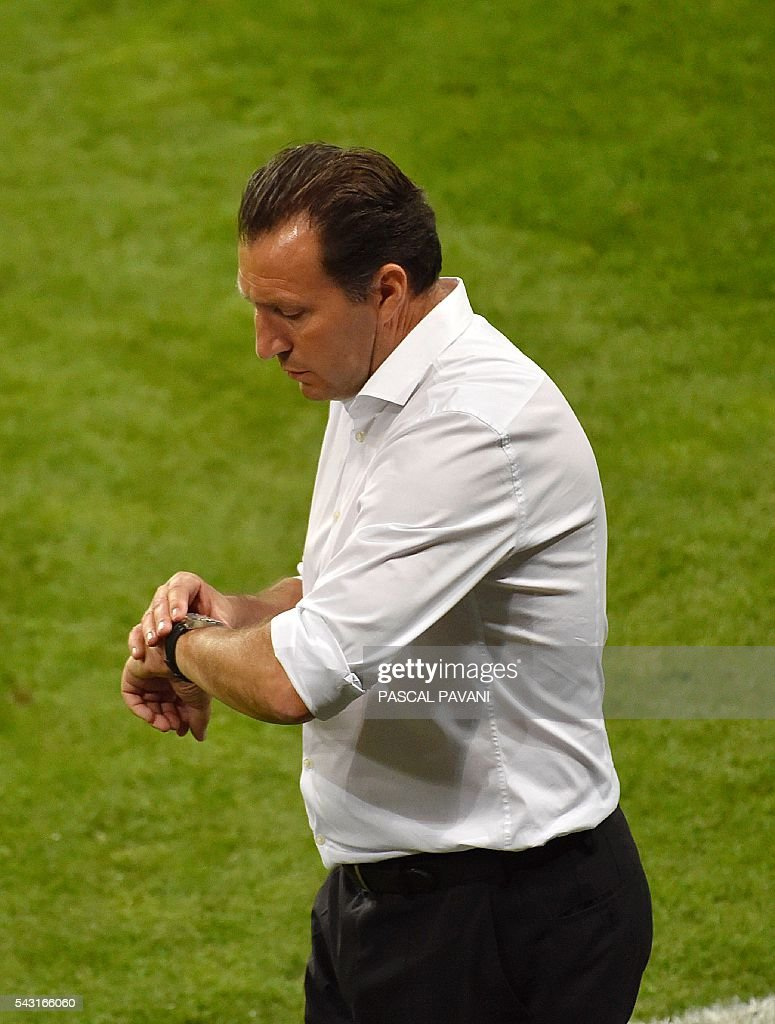 Belgium's coach Marc Wilmots looks at his watch during the Euro 2016 round of 16 football match between Hungary and Belgium at the Stadium Municipal in Toulouse on June 26, 2016. / AFP / Pascal PAVANI