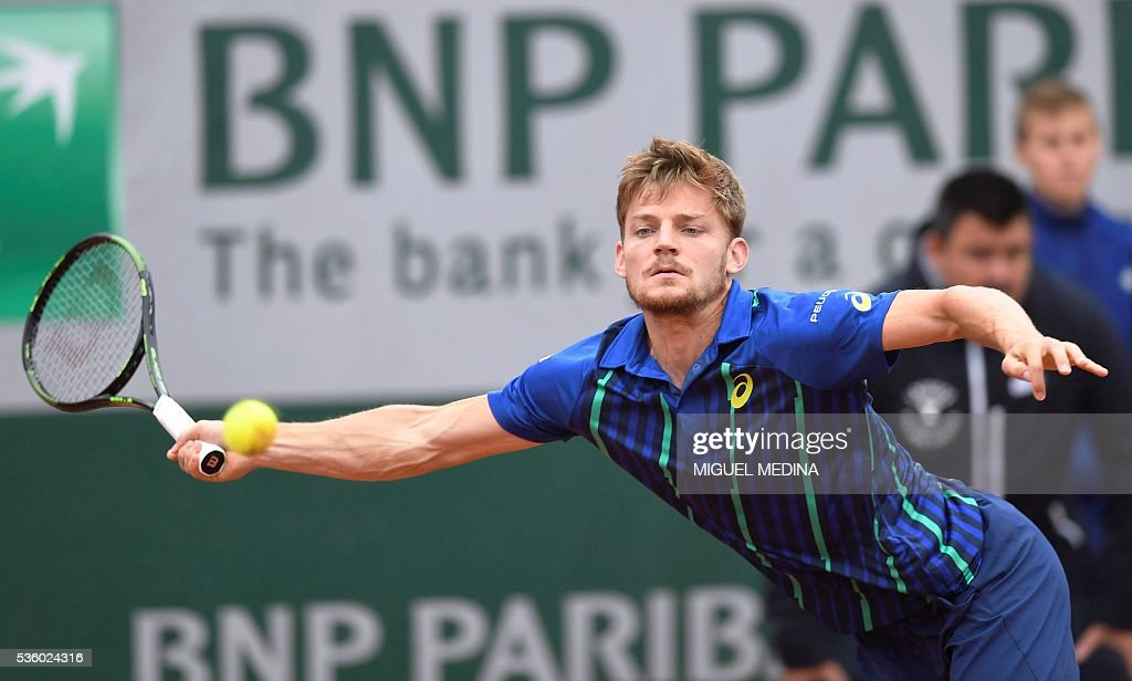 Belgium's David Goffin serves the ball to Latvia's Ernests Gulbis during their men's fourth round match at the Roland Garros 2016 French Tennis Open in Paris on May 31, 2016. / AFP / MIGUEL