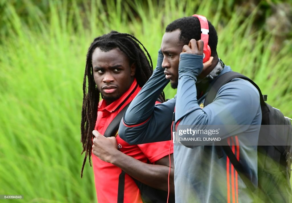 Belgium's defender Jordan Lukaku (L) and Belgium's forward Romelu Lukaku arrive to take part in a training session during the Euro 2016 football tournament at Le Haillan, France, on June 28, 2016. / AFP / EMMANUEL
