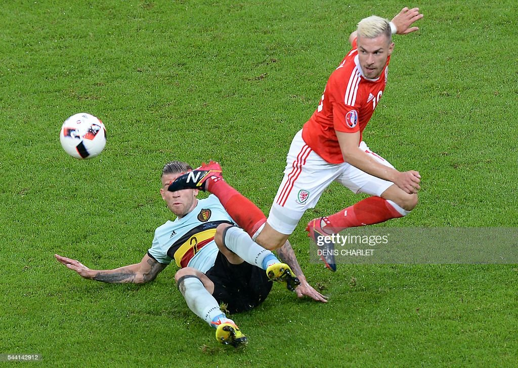 Belgium's defender Toby Alderweireld (L) challenges Wales' midfielder Aaron Ramsey during the Euro 2016 quarter-final football match between Wales and Belgium at the Pierre-Mauroy stadium in Villeneuve-d'Ascq near Lille, on July 1, 2016. / AFP / Denis Charlet