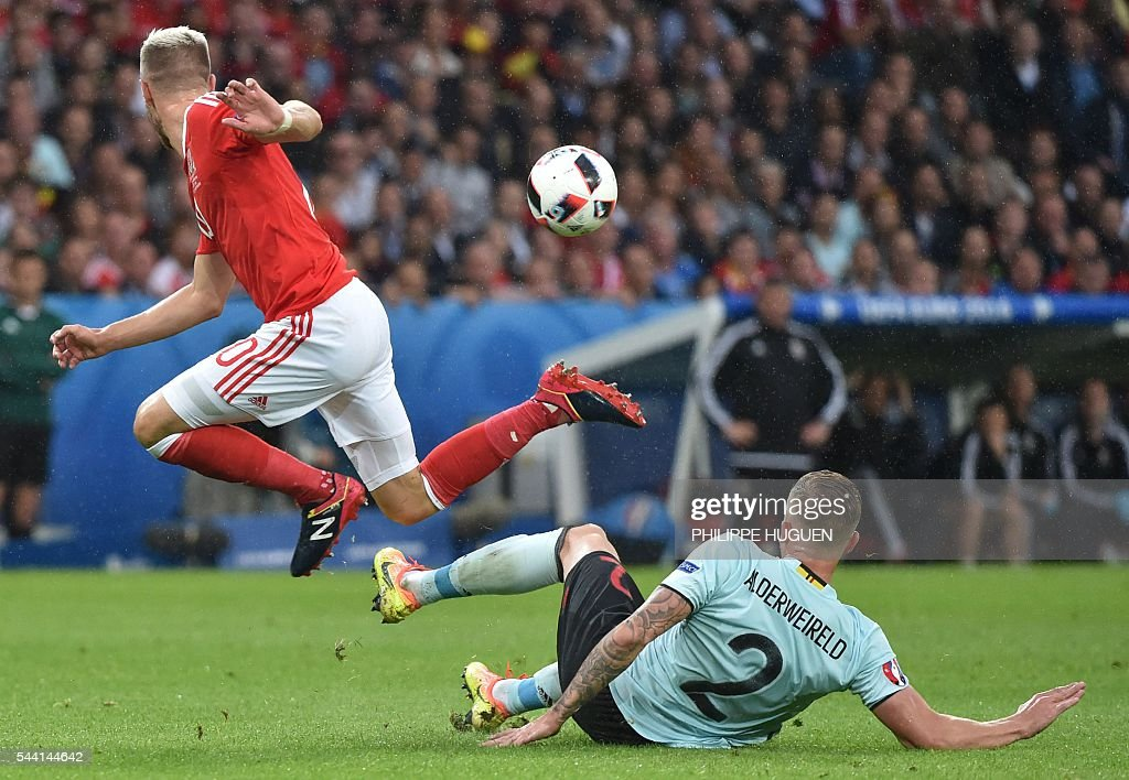 Belgium's defender Toby Alderweireld (R) challenges Wales' midfielder Aaron Ramsey during the Euro 2016 quarter-final football match between Wales and Belgium at the Pierre-Mauroy stadium in Villeneuve-d'Ascq near Lille, on July 1, 2016. / AFP / PHILIPPE