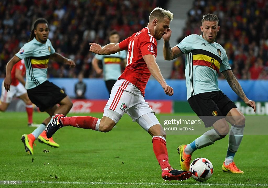 Belgium's defender Toby Alderweireld (R) challenges Wales' midfielder Aaron Ramsey during the Euro 2016 quarter-final football match between Wales and Belgium at the Pierre-Mauroy stadium in Villeneuve-d'Ascq near Lille, on July 1, 2016. / AFP / MIGUEL