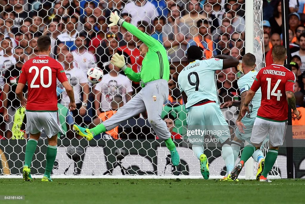 Belgium's defender Toby Alderweireld (2R) heads the ball and scores the opening goal during the Euro 2016 round of 16 football match between Hungary and Belgium at the Stadium Municipal in Toulouse on June 26, 2016. / AFP / PASCAL