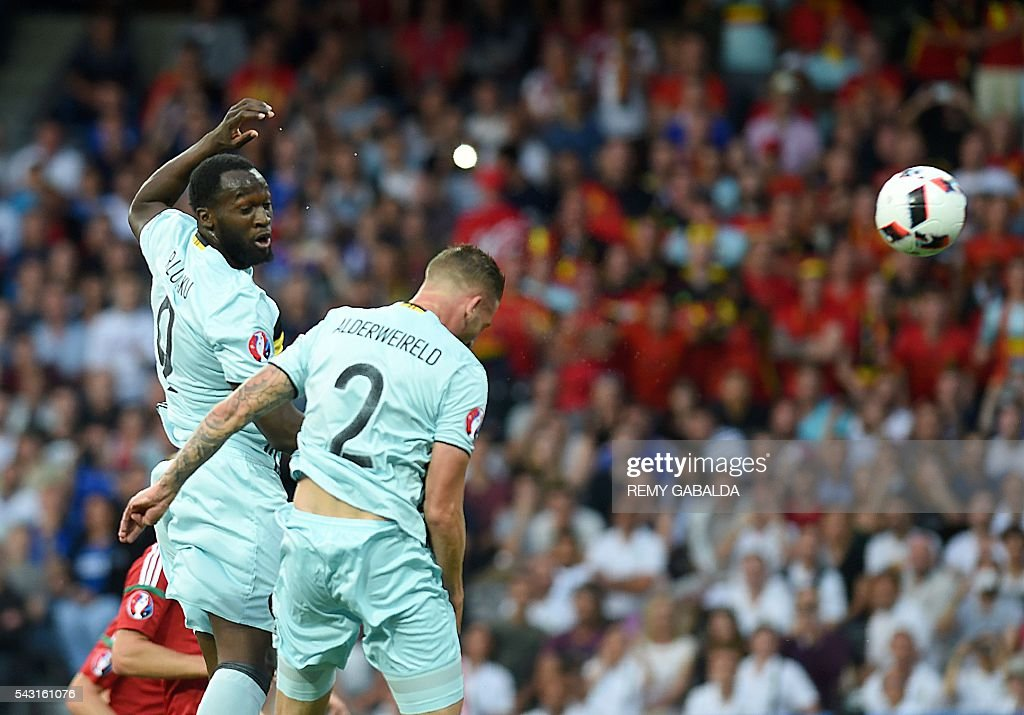 Belgium's defender Toby Alderweireld (C) heads to score during the Euro 2016 round of 16 football match between Hungary and Belgium at the Stadium Municipal in Toulouse on June 26, 2016. / AFP / Rémy GABALDA