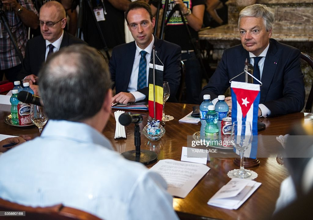 Belgium's Deputy PM and Minister of Foreign and European Affairs Didier Reynders (R) talks with Cuban Foreign Affairs Minister Bruno Rodriguez (L) at the Foreign Ministry in Havana on May 30, 2016 / AFP / YAMIL