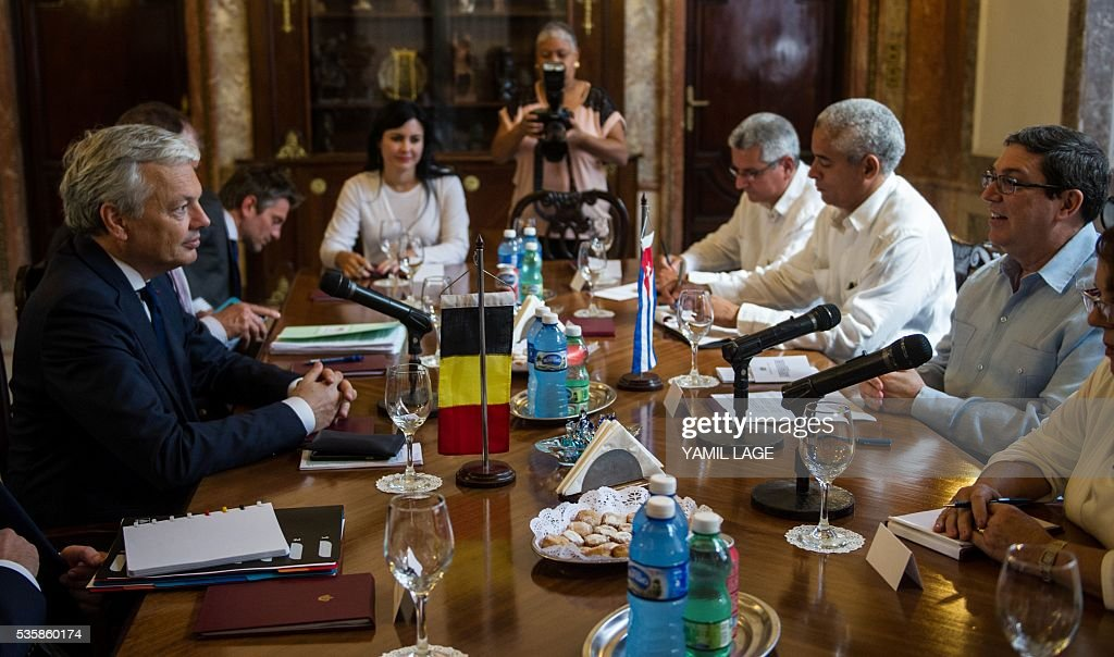Belgium's Deputy PM and Minister of Foreign and European Affairs Didier Reynders (L) talks with Cuban Foreign Affairs Minister Bruno Rodriguez (R) at the Foreign Ministry in Havana on May 30, 2016 / AFP / YAMIL