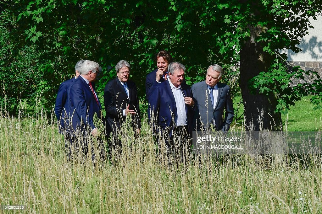 Belgium's Foreign minister Didier Reynders, Germany's Foreign minister Frank-Walter Steinmeier, Italy's Foreign minister Paolo Gentiloni, Netherlands' Foreign minister Bert Koenders, Luxembourg's Foreign minister Jean Asselborn and France's Foreign minister Jean-Marc Ayrault take a walk in the garden of the villa Borsig prior to post-Brexit talks in Berlin on June 25, 2016. Foreign ministers of the six founding members of the European project meet to discuss the bloc's future in the wake of Britain's decision to leave. / AFP / John MACDOUGALL
