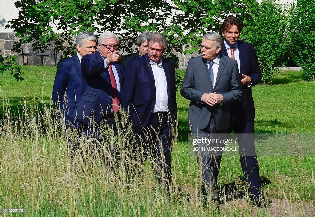 Belgium's Foreign minister Didier Reynders,Germany's Foreign minister Frank-Walter Steinmeier, Italy's Foreign minister Paolo Gentiloni, Luxembourg's Foreign minister Jean Asselborn, France's Foreign minister Jean-Marc Ayrault and Netherlands' Foreign minister Bert Koenders take a walk in the garden of the villa Borsig prior to post-Brexit talks in Berlin on June 25, 2016. Foreign ministers of the six founding members of the European project meet to discuss the bloc's future in the wake of Britain's decision to leave. / AFP / John MACDOUGALL