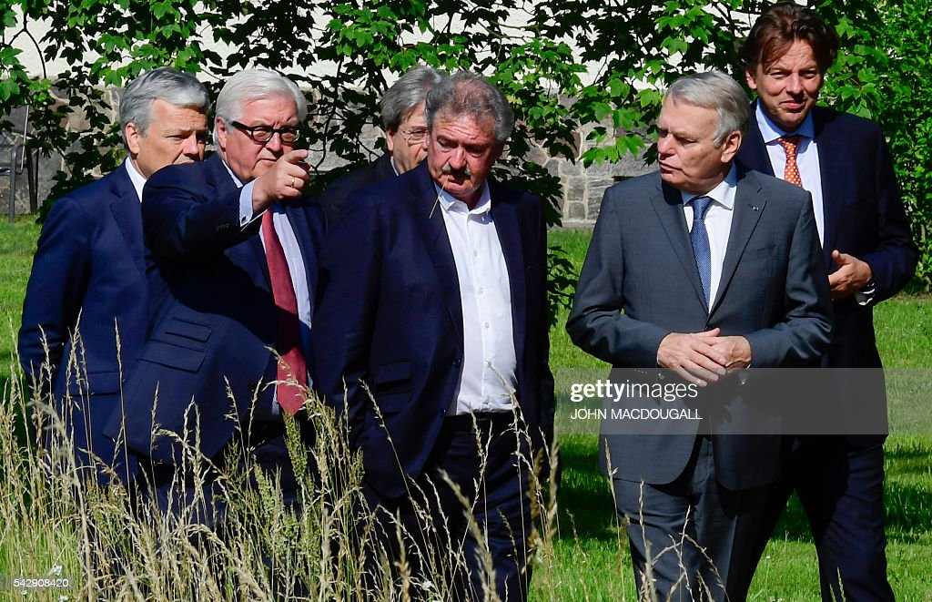 Belgium's Foreign minister Didier Reynders,Germany's Foreign minister Frank-Walter Steinmeier, Italy's Foreign minister Paolo Gentiloni, Luxembourg's Foreign minister Jean Asselborn, France's Foreign minister Jean-Marc Ayrault and Netherlands' Foreign minister Bert Koenders take a walk in the garden of the villa Borsig prior to post-Brexit talks in Berlin on June 25, 2016. Foreign ministers of the six founding members of the European project meet to discuss the bloc's future in the wake of Britain's decision to leave. / AFP / John MACDOUGALL / ALTERNATIVE