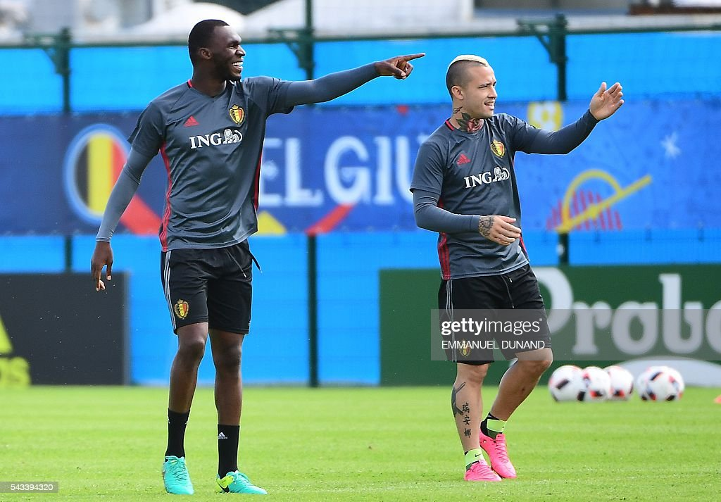 Belgium's forward Christian Benteke (L) and Belgium's midfielder Radja Nianggolan take part in a training session during the Euro 2016 football tournament at Le Haillan, France, on June 28, 2016. / AFP / EMMANUEL