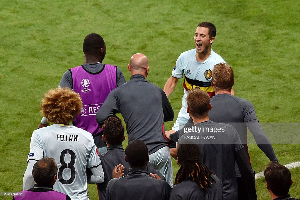 Belgium's forward Eden Hazard (R) celebrates his goal with the bench during the Euro 2016 round of 16 football match between Hungary and Belgium at the Stadium Municipal in Toulouse on June 26, 2016. / AFP / Pascal PAVANI