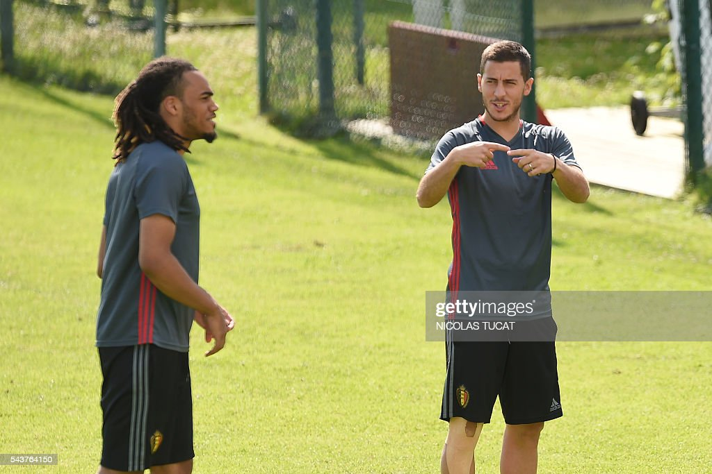 Belgium's forward Eden Hazard (R) gestures as he takes part in a training session during the Euro 2016 football tournament at Le Haillan on June 30, 2016. / AFP / NICOLAS