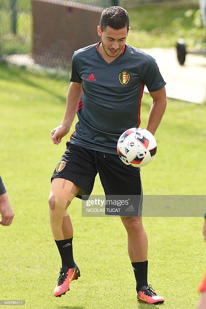 Belgium's forward Eden Hazard plays with the ball as he takes part in a training session during the Euro 2016 football tournament at Le Haillan on June 30, 2016. / AFP / NICOLAS