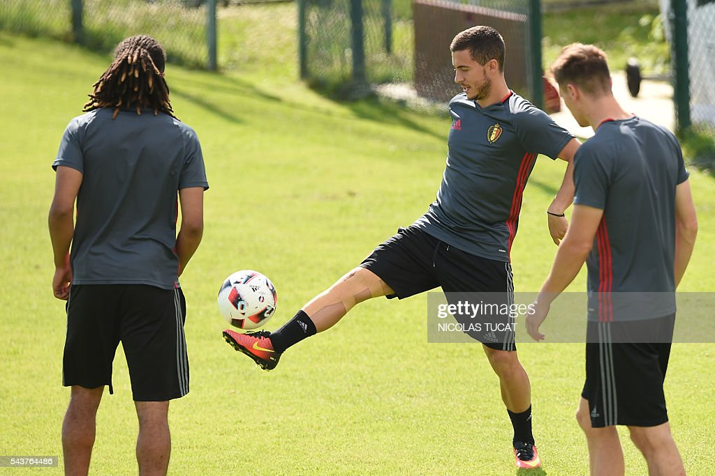 Belgium's forward Eden Hazard (C) plays with the ball as he takes part in a training session during the Euro 2016 football tournament at Le Haillan on June 30, 2016. / AFP / NICOLAS