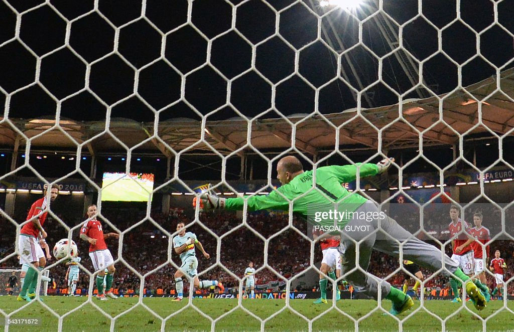 Belgium's forward Eden Hazard (C) scores past Hungary's goalkeeper Gabor Kiraly during the Euro 2016 round of 16 football match between Hungary and Belgium at the Stadium Municipal in Toulouse on June 26, 2016. / AFP / PASCAL