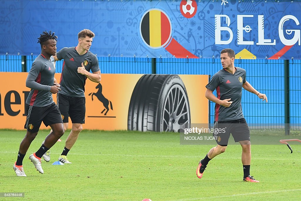 Belgium's forward Eden Hazard (R), Thomas Meunier (C) and Michy Batshuayi (L) take part in a training session during the Euro 2016 football tournament at Le Haillan on June 30, 2016. / AFP / NICOLAS