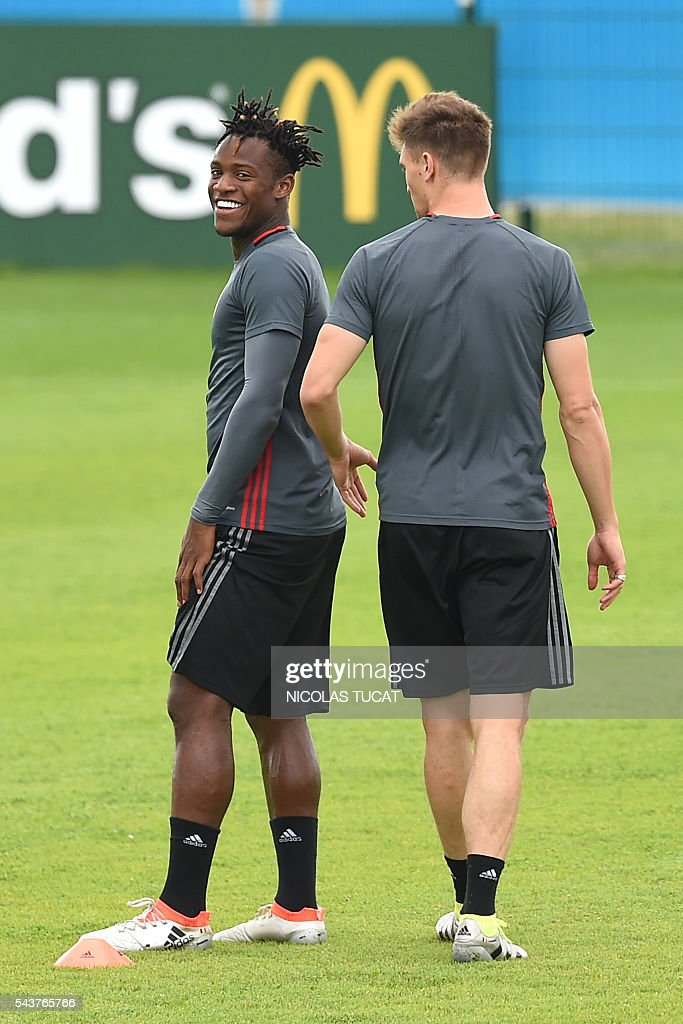 Belgium's forward Michy Batshuayi (L) reacts as he takes part in a training session during the Euro 2016 football tournament at Le Haillan on June 30, 2016. / AFP / NICOLAS