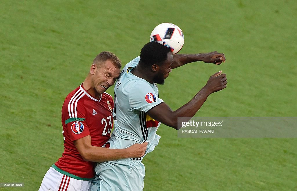 Belgium's forward Romelu Lukaku (R) vies for the header with Hungary's defender Roland Juhasz during the Euro 2016 round of 16 football match between Hungary and Belgium at the Stadium Municipal in Toulouse on June 26, 2016. / AFP / Pascal PAVANI