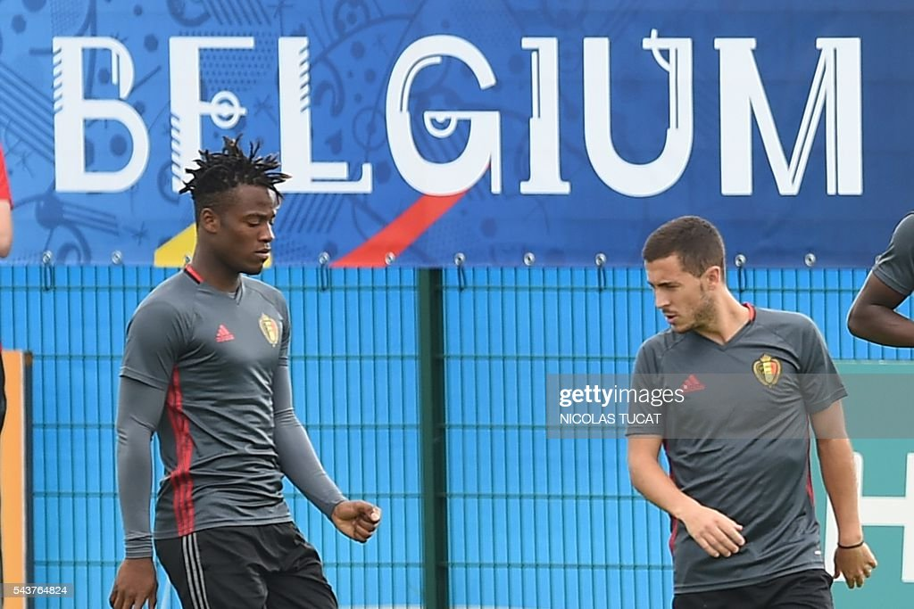 Belgium's forwards Eden Hazard (R) and Michy Batshuayi (L) take part in a training session during the Euro 2016 football tournament at Le Haillan on June 30, 2016. / AFP / NICOLAS