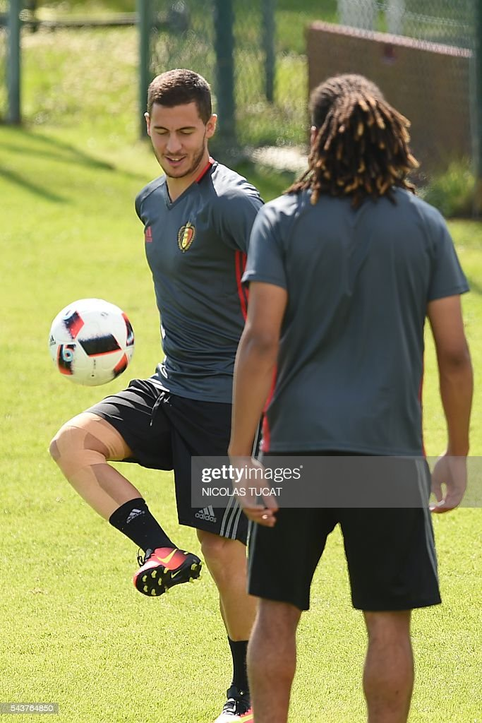 Belgium's forwards Eden Hazard (L) takes part in a training session during the Euro 2016 football tournament at Le Haillan on June 30, 2016. / AFP / NICOLAS