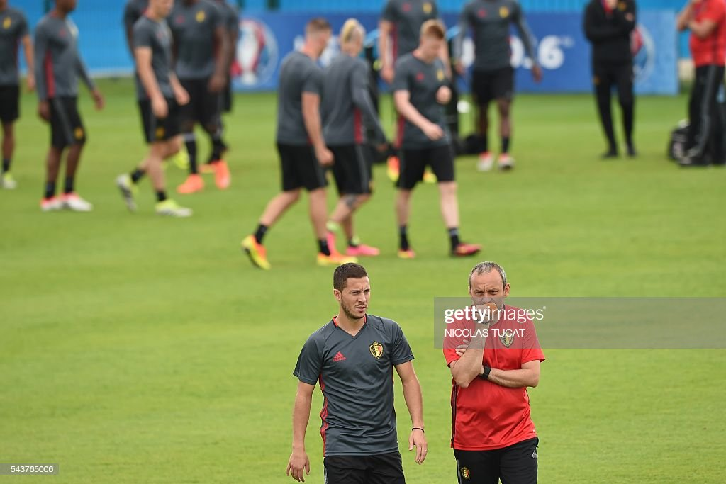 Belgium's forwards Eden Hazard (C) takes part in a training session during the Euro 2016 football tournament at Le Haillan on June 30, 2016. / AFP / NICOLAS
