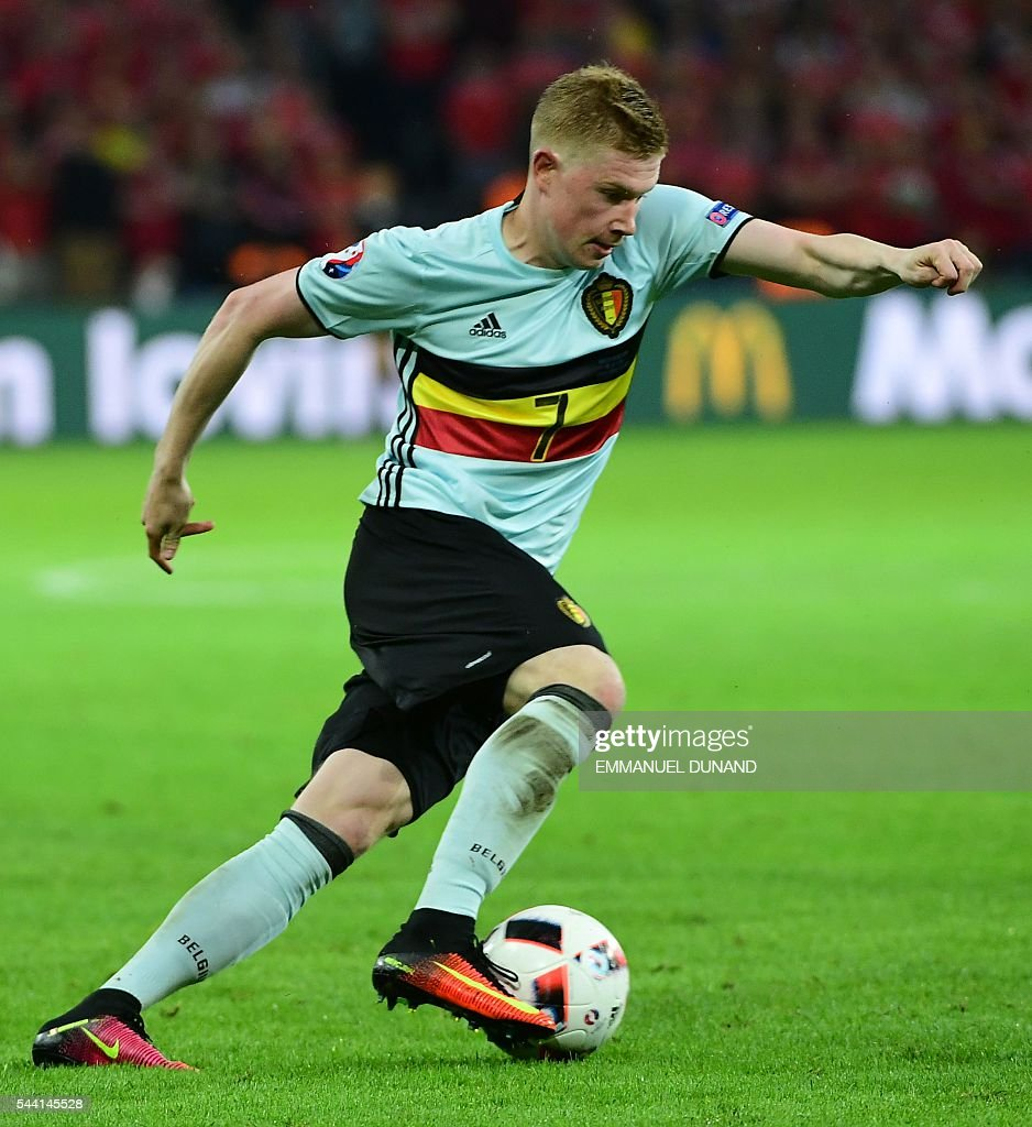 Belgium's midfielder Kevin De Bruyne controls the ball during the Euro 2016 quarter-final football match between Wales and Belgium at the Pierre-Mauroy stadium in Villeneuve-d'Ascq near Lille, on July 1, 2016. / AFP / EMMANUEL