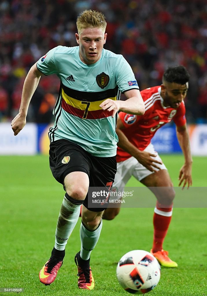 Belgium's midfielder Kevin De Bruyne controls the ball during the Euro 2016 quarter-final football match between Wales and Belgium at the Pierre-Mauroy stadium in Villeneuve-d'Ascq near Lille, on July 1, 2016. / AFP / MIGUEL