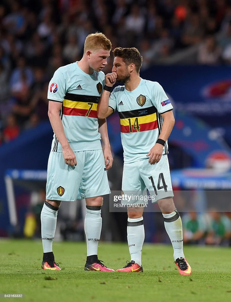 Belgium's midfielder Kevin De Bruyne (L) speaks with Belgium's forward Dries Mertens during the Euro 2016 round of 16 football match between Hungary and Belgium at the Stadium Municipal in Toulouse on June 26, 2016. / AFP / Rémy GABALDA