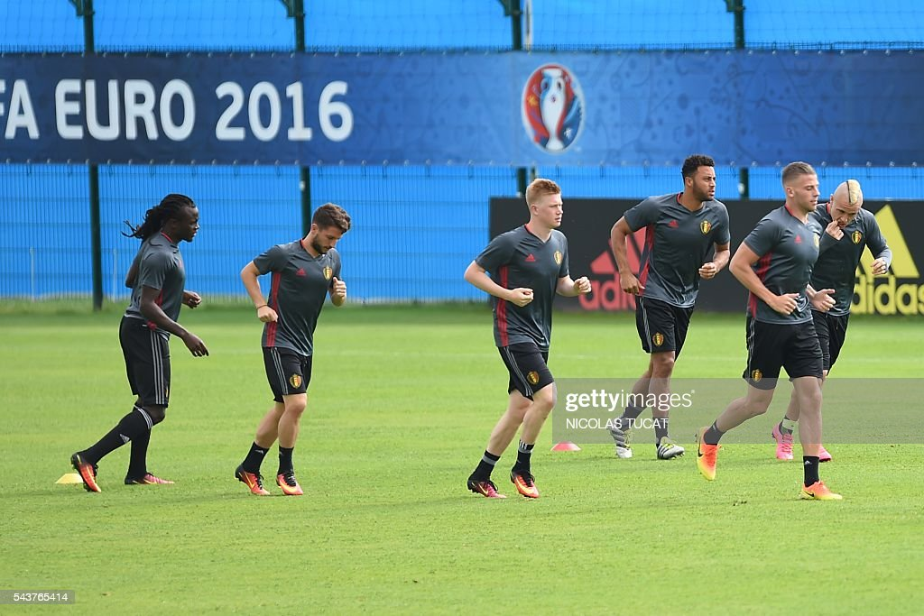 Belgium's midfielder Kevin De Bruyne (C) takes part in a training session during the Euro 2016 football tournament at Le Haillan on June 30, 2016. / AFP / NICOLAS