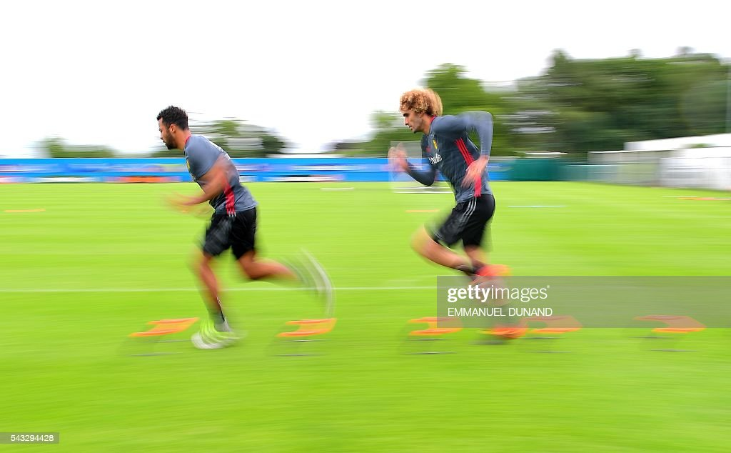 Belgium's midfielder Moussa Dembele (L) and Belgium's midfielder Marouane Fellaini take part in a training session in Le Haillan, southwestern France, on June 27, 2016, ahead of their Euro 2016 quarter-final football match against Wales. / AFP / EMMANUEL