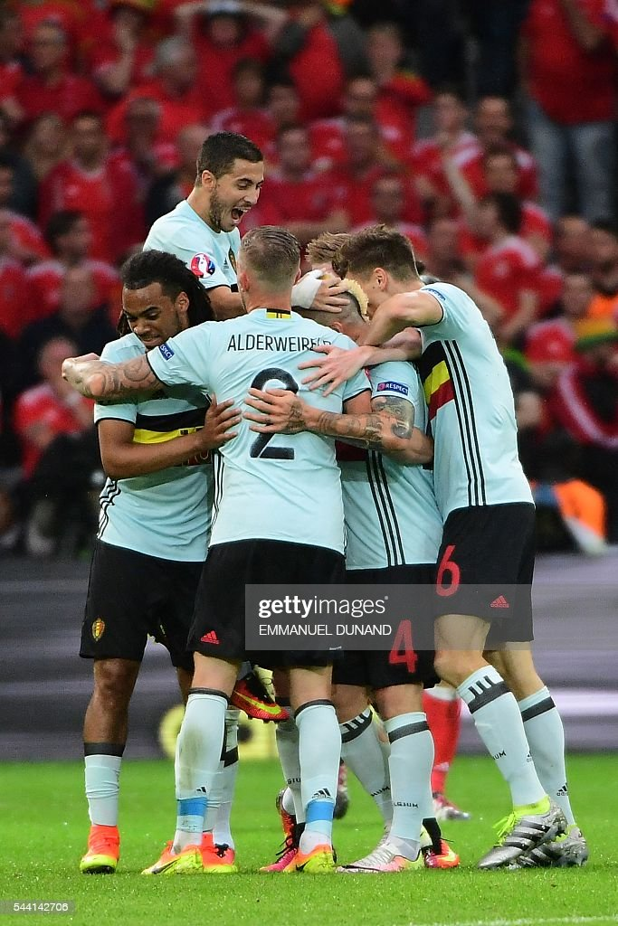 Belgium's midfielder Radja Nainggolan (2R) celebrates scoring the opening goal with team mates during the Euro 2016 quarter-final football match between Wales and Belgium at the Pierre-Mauroy stadium in Villeneuve-d'Ascq near Lille, on July 1, 2016. / AFP / EMMANUEL