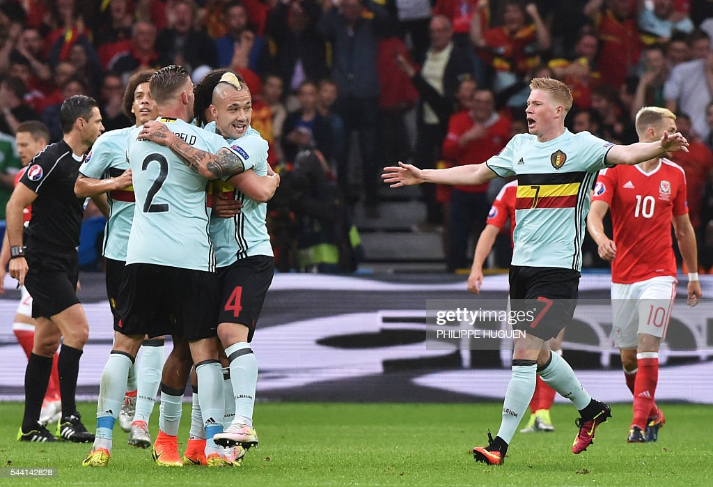 Belgium's midfielder Radja Nainggolan (C) celebrates with teammates after scoring a goal during the Euro 2016 quarter-final football match between Wales and Belgium at the Pierre-Mauroy stadium in Villeneuve-d'Ascq near Lille, on July 1, 2016. / AFP / PHILIPPE