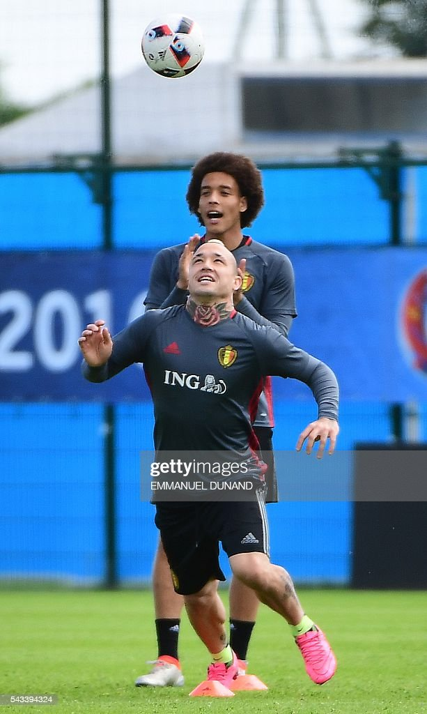 Belgium's midfielder Radja Nianggolan (front) and Belgium's midfielder Axel Witsel take part in a training session during the Euro 2016 football tournament at Le Haillan, France, on June 28, 2016. / AFP / EMMANUEL